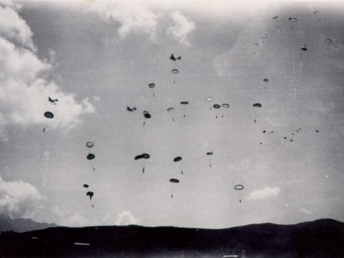 Armes US délivrées à la résistance par l'OSS - Page 2 07-01-parachutage-saisies